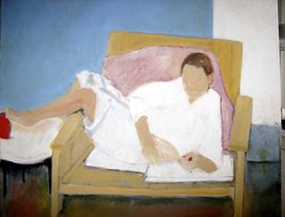 De kleine druiventros voor de blauwe muur in de gele stoel