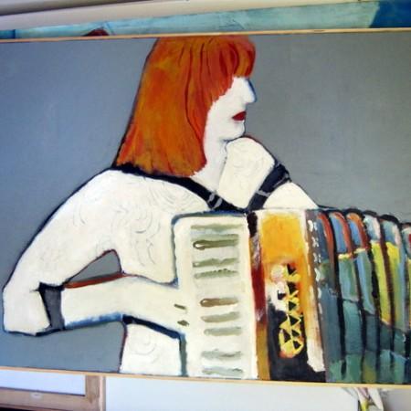 Achtergrond van de accordeoniste weggeschilderd.